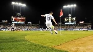 Landon Donovan takes a corner in Dodger Stadium vs Juventus